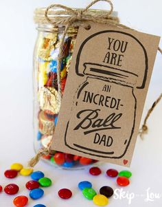 Incredi-ball Father's Day Gift Idea Free printable makes a super last minute Father& Day Gift Idea. If your dad is incredi-ball and loves candy like ours does this gift is sure to be a hit! Mason Jar Fathers Day Gifts, Fathers Day Crafts, Jar Gifts, Gifts For Dad, Grandpa Gifts, Mason Jar Crafts, Mason Jar Diy, Diy Father's Day Gifts Easy, 50th Anniversary Gifts
