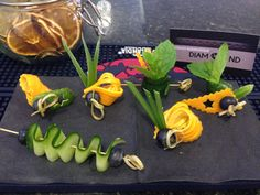 Prepared some garnish for the wedding bar. Popular Cocktails, Classic Cocktails, Bar Drinks, Yummy Drinks, Deco Fruit, Food Plating Techniques, Low Carb Cocktails, Gin Tasting, Cocktail Garnish