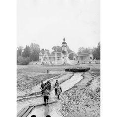 El estanque del Retiro vacío y lleno de lodo y fango De Madrid al cielo: Álbum de fotografías y documentos históricos. - Urbanity.cc