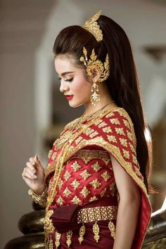 This is a very beautiful Thai fashion style with some golden jewelry. This is a very beautiful Thai fashion style with some golden jewelry. Cambodian Wedding Dress, Thai Wedding Dress, Wedding Dresses, Wedding Outfits, Bride Dresses, Homecoming Dresses, Laos Wedding, Khmer Wedding, Thai Traditional Dress