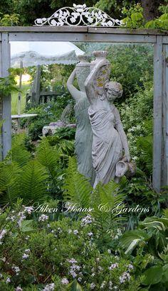 mise en valeur d'une statue avec grand miroir de jardin