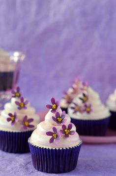 Looking at these purple flower cupcakes made by @Ivana Cupcakesadiario make me happy :-)