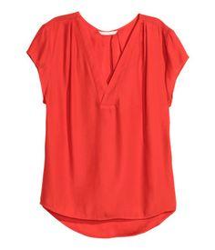 Rojo coral. CONSCIOUS. Blusa en tejido vaporoso con escote de pico, mangas japonesas y pliegues en los hombros y en la nuca. Espalda más larga.
