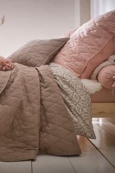Wir lieben es cozy! 💕 🛏️ Wir kriegen nicht genug von der gemütlichen und stilvollen Bettwäsche und wollen uns sofort einkuscheln. Lass Dich von unseren Wohn- und Einrichtungsideen sowie den neuesten Trends inspirieren. Unsere Wohnlooks helfen Dir dabei, Deine Räume einzurichten und die perfekte Bettwäsche für Dein Schlafzimmer zu finden. #bonprix #onlineshop #shopping #wohnen #living #wohnideen #interiordesign #details #inspiration #schlafzimmer #bedroom #aesthetics Interiordesign, Neue Trends, Interior Inspiration, Comforters, Blanket, Bed, Textiles, Bedroom, Creature Comforts