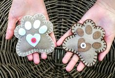 Patitas!!! Diseño Chicoca Deco # garritas #imanes #fieltro #bordado #perros #doglovers #regalos Garra, Deco, Magnets, Felting, Presents, Dogs, Xmas, Needlepoint, Blue Prints