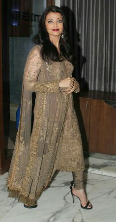 aishwarya rai in indian wear Salwar Designs, Kurti Designs Party Wear, Pakistani Dress Design, Pakistani Outfits, Indian Outfits, Dress Indian Style, Indian Dresses, Indian Wear, Indian Designer Outfits