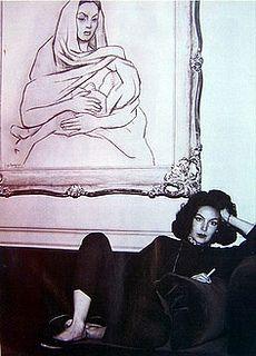 Maria Felix con una pintura de ella realizada por Diego Rivera.