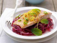 Lachsforelle auf Rotwein-Zwiebeln ist ein Rezept mit frischen Zutaten aus der Kategorie Meerwasserfisch. Probieren Sie dieses und weitere Rezepte von EAT SMARTER!