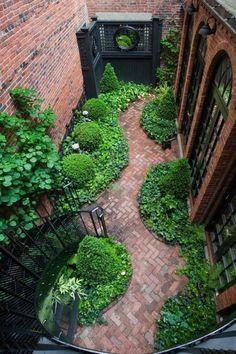 allées de jardin en pavés en terre cuite, buis boules, plantes couvre-sil et brique de parement rouge