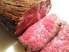 たった30分! 牛肉と塩だけでできる「絶品ローストビーフ」の簡単レシピをご紹介☆ 【材料は牛肉と塩のみ】 用意する食材は、室温に戻したローストビーフ用牛肉400gと塩大さじ1杯のみ。 ここで大切なのが「牛肉400gに対して大さじ1の塩」という塩の量です。他の調味料を一切使わないため、塩が少なすぎると肉の臭いが気になることがあるのでご注意を。 【いざ、調理開始!!】 それではさっそく作っていきましょう。 ・まず、お肉に塩を擦り込みます。肉の6面すべてに、ゴシゴシ擦り込みましょう。 ・薄く油をひいて熱したフライパンに肉を入れ、8分間中火で焼きます。 ・お肉の表も裏も、6面すべて忘れずに焼きます。 ・8分経過したら、肉をアルミホイルの上に取り出して包みます。 ・包んだ肉を、トースターで10分焼きます。 ・10分経過したら肉をトースターから取り出し、アルミホイルで包んだまま放置。あら熱がとれたら完成です。 薄めにスライスして盛りつけます。お好みでわさびなどをつけてお召し上がりください。
