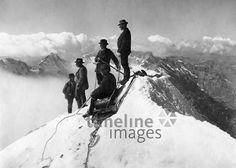 Bergsteiger auf dem Gipfel der Jungfrau in den Berner Alpen ullstein bild - ullstein bild/Timeline Images #1903 #Berner #Schweiz #Climbing #Klettern #Berge #Bergsteigen
