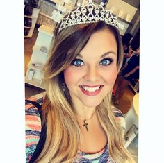 B E A U T Y Q U E E N ! Literally... she's wearing a crown.  Color #622 - 16 in.