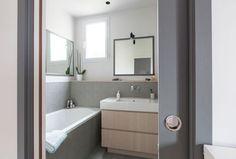 Carrelage Azulej Trama Nero, Mutina ; meuble vasque sur mesure en placage bois ; vasque Duravit.