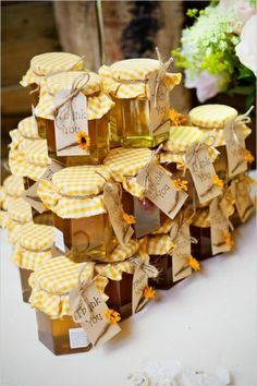 honey wedding favors - sweet memory of your wedding day: honey pots ;o) I dont know why I adore this Yellow Wedding Favors, Honey Wedding Favors, Yellow Weddings, Rustic Wedding, Our Wedding, Wedding Gifts, Dream Wedding, Ivana, Honey Favors