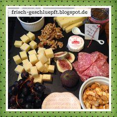 Käseplatte mit Camembert, Ziegenkäsetaler, Tilsiter und Heumilchkäse