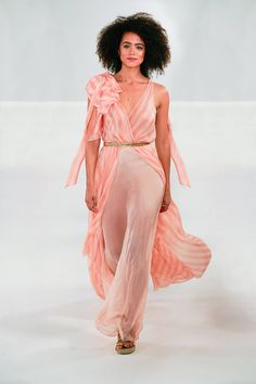 See all the Collection photos from Temperley London Spring/Summer 2019 Ready-To-Wear now on British Vogue Sexy Dresses, Casual Dresses, Summer Dresses, Lovely Dresses, London Summer, Formal Dresses For Teens, Fashion Show, Fashion Design, Fashion Brands