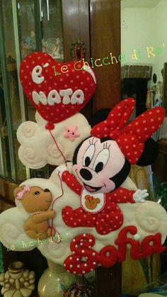 Coccole a non finire. Le Chicche di Rò. Fiocchi di nascita e dolcezza. Cute Crafts, Craft Stick Crafts, Felt Crafts, Diy And Crafts, Minnie Mouse Pinata, Baby Mobile, Felt Dolls, Applique, Baby Shower