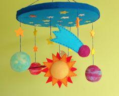 Móbile de astros com 3 planetas, sol, cometas e estrelas, confeccionado manualmente em feltragem em lã natural misto com feltro. Ideal para pendurar em berços, quartos infantis e onde mais a imaginação permitir! É um móbile encantador e vai deixar qualquer ambiente aconchegante e fantástico!
