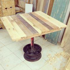 """No muy reciclada... Mesa para restaurante 80cm x 80cm x 75cm H. Base de rin 14"""" y poste de acero soldado. Madera de Fresno, Eucalipto y madera de recuperación. #pallet #furniture #wood #recycle"""