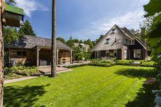 De stadsvilla te Bilthoven is er één waar je even voor blijft staan. Op een royale kavel een villa bouwen met rode bakstenen en een rieten kap.