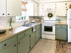 Repainting Kitchen Cabinets, Green Kitchen Cabinets, Kitchen Cabinet Colors, Kitchen Redo, New Kitchen, Diy Painting Kitchen Cabinets, Kitchen Makeovers, Cute Kitchen, Kitchen On A Budget