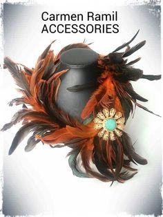 BIZANCIO. Collar de plumas de Carmen Ramil con broche chapado en oro y piedra semipreciosa