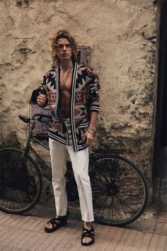 Biel Juste Models Moroccan-Inspired Style for Reserved Bohemian Outfit Men, Bohemian Style Men, Hippie Outfits, Hippie Style, Boho Man, Men Boho, Moda Hippie, Hippie Men, Morrocan Fashion