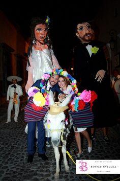 Una linda sesión de fotos en la callejoneada con las mojigangas. www.bougainvilleabodas.com.mx Bodas San Miguel de Allende