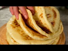 Kefires lángos! Mindig kenyér helyett tálalom! | Ízletes TV - YouTube Lunch Recipes, Bread Recipes, Healthy Recipes, Pain Pita, Cake Decorating Videos, Salty Foods, Poke Cakes, Getting Hungry, English Food