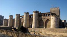 Conoce el Palacio de la Aljafarería, el legado islámico en Zaragoza - http://www.turistasenviaje.com/para-el-fin-de-semana/conoce-el-palacio-de-la-aljafareria-el-legado-islamico-en-zaragoza/ Uno no puede visitar Zaragoza y dejar escapar la oportunidad de visitar el Palacio de la Aljafarería, un palacio fortificado que data del siglo XI y que fue construido por Al-Muqtadir para convertirlo en la residencia de los reyes hudíes de Saraqusta.  Este palacio de recreo es fiel