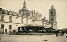 Mercado de las Flores, que se encontraba a un costado de la Catedral Metropolitana ,el kiosco fue retirado años despues , La toma fue realizada desde la calle del Empedradillo, hoy Monte de Piedad