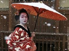 When you hear the word, Geisha, does your mind flash to a white face, red lipped women wearing elaborate silk kimonos? Does the film 'Memoirs of a Geisha' come to the forefront of your … Japanese Beauty, Asian Beauty, Era Edo, Look Kimono, Memoirs Of A Geisha, People Of The World, Real People, Japanese Culture, Beautiful People