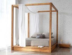 O design dessa cama de plataforma com dossel por MASH Studios é moderno e descontraído. A cama em madeira teca maciça, passou anos sendo trabalhada e aperfeiçoada para o satisfatório resultado final. A cama é ideal para uso interno e também ao ar livre, na área da piscina por