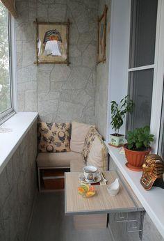 Современный вариант обустройства узкого балкона с откидным столиком и отделкой под камень