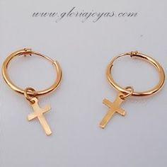 beb68ae52687 Pendientes de aro con  cruz pequeña. En oro de 18 quilates.  earrings