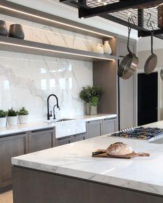"2,421 curtidas, 79 comentários - LAURA HAMMETT (@laurahammett.interiors) no Instagram: ""Photoshoot in my dream kitchen at our Surrey project today #photoshoot #kitchendesign…"""
