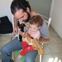 Guitarra a 4 mãos #mamaeligadapics #atrapalhandoaauladopapai #estudandonivelhard #wastinglove #escalasnivelhard #aulademusica #auladeguitarra #musicalizaçãoinfantil  #ironmaden #bebefuracão
