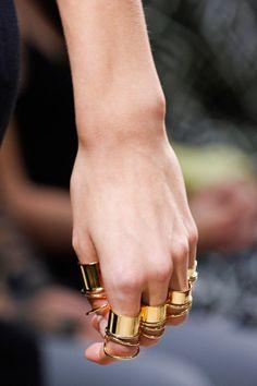 Manual de uso: anillos, detalle del desfile de Balenciaga | Galería de fotos 11 de 30 | Vogue