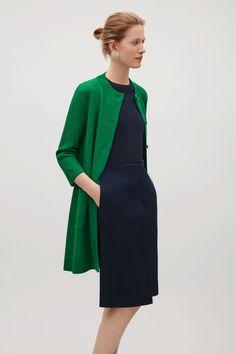 COS image 2 of Textured knit cardigan in Bottle Green Green Sweater Outfit, Cardigan Outfits, Knit Cardigan, Cos Fashion, Minimalist Dresses, Professional Dresses, Capsule Wardrobe, Wardrobe Ideas, Sweater Coats