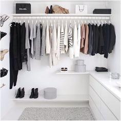 Decoração cabides guarda roupas exposto quarto