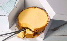 De som husker tv-serien Friends og episoden der Chandler og Rachel sloss om en cheesecake fra Mama's Little Bakery de har stjålet, og til slutt ender med å spise den fra gulvet, vet at dette ganske enkelt er verdens beste ostekake. Husk at kaken trenger minst 6 timer til avkjøling.