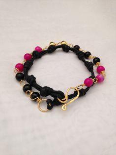 Hermosa pulsera tejida, con cadena bañada en oro y piedras. ¡Línea #Colors!