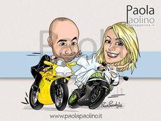 """Una caricatura di due sposi in moto, in abito da cerimonia, che sfrecciano verso il loro """"Sì""""!"""