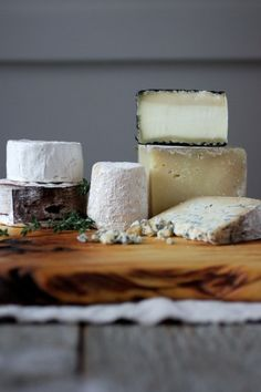 Artisan Cheese Display on wooden board Fromage Cheese, Queso Cheese, Wine Cheese, Wine Recipes, Real Food Recipes, Yummy Food, Goat Recipes, Antipasto, Tapas