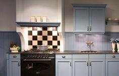 landelijke keuken Kitchen Cabinets, Decor, Small Kitchen, Restyled, Kitchen, Home, Cabinet, Home Decor, Small