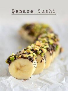 BANANA SUSHI Ingredienti - 1 banana grande - 2-3 Cucchiai di cioccolato fondente o miele - condimenti: pistacchio tritato, semi di chia, cocco essiccato. Preparazione 1 Sbucciare la banana ponendola su una teglia e distribuire uniformemente il cioccolato fondente, coprendo solo la metà superiore del frutto 2 Cospargere i 3 condimenti sul cioccolato e premerli leggermente 3 Tagliare la banana a rondelle. Posizionare quindi il tutto in freezer, lasciando congelare per 1h  4 Conservare in…
