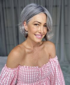 Pelo Color Plata, Grey Hair Transformation, Silver Haired Beauties, Grey Hair Inspiration, Grey White Hair, Gray Hair Growing Out, Older Beauty, Beautiful Old Woman, Corte Y Color