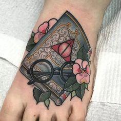 I like the detail of this book tattoo. No Harry Potter stuff though Ich mag das Detail dieses Buchs. Botanisches Tattoo, Book Tattoo, Piercing Tattoo, Body Art Tattoos, New Tattoos, Love Tattoos, Piercings, Ankle Tattoos, Arrow Tattoos