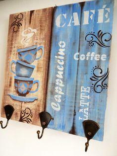 Porta-xícaras confeccionada em pallet trabalhado com pintura artística, aplicação de stencil, e técnica de envelhecimento com proteção de verniz especial.   Decora sua cozinha e também a sala de estar, ou aquele cantinho especial destinado a degustação de uma bela xícara de café junto aos amigos ou ao ser amado.   Além de decorar seu ambiente, esta peça possui 3 ganchinhos próprios para pendurar delicadas xícaras de café.