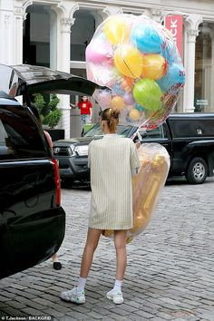 The high fashion model went out in a casual tie dye hoodie for her birthday celebration. She was joined by her younger sister Bella Hadid, who brought alone some gold balloons spelling 'GIGI. Kendall Jenner Dress, Disco Night, High Fashion Models, Celebrate Good Times, Casual Tie, Tie Dye Hoodie, Celebs, Celebrities, Bella Hadid